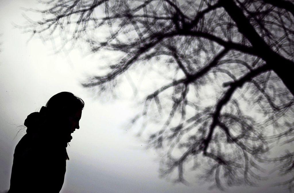 Viele Menschen leiden unter der wegen des Coronavirus ausgerufenen Isolation. Foto: dpa/Julian Stratenschulte