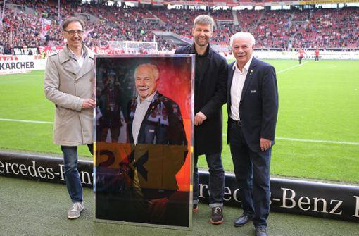 VfB-Funktionäre ehren Vereinslegende