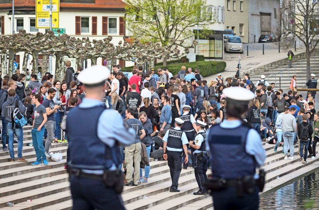 Unter den Augen der Polizei freuten sich die Noch-Schüler über das Ende der Prüfungszeit. Foto: factum/Granville