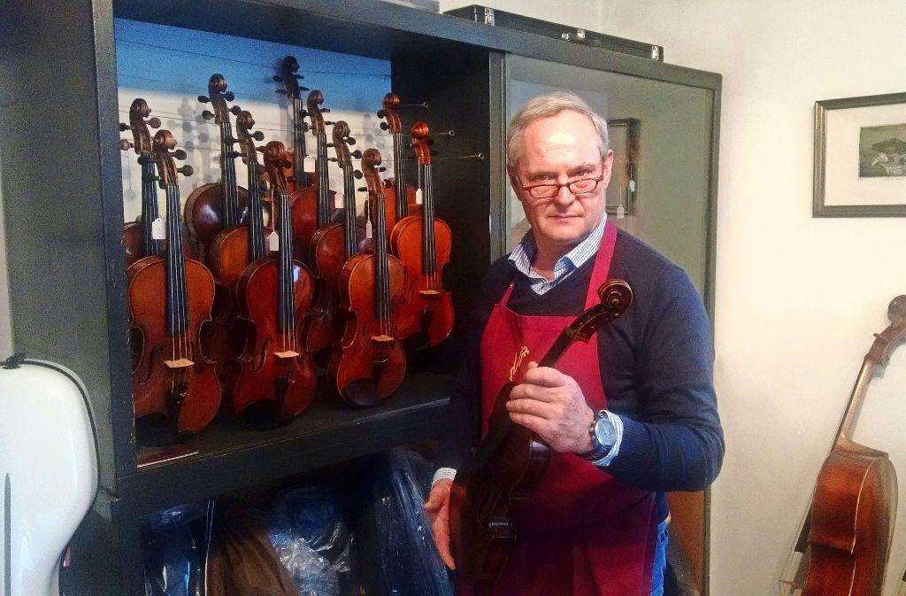 Der  Meister und einige seiner Schätze:  Homolka baut, restauriert und verkauft Geigen aller Art. Foto: Björn Springorum