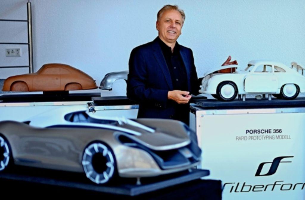 Unternehmenschef Jürgen Müller steht in der        Silberform-Zentrale neben dem Modell eines Porsche 356     aus dem 3-D-Drucker. Foto: Silberform