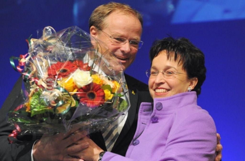 Blumen nach der Schlammschlacht: Spitzenkandidat Dirk Niebel und Birgit Homburger Foto: dpa