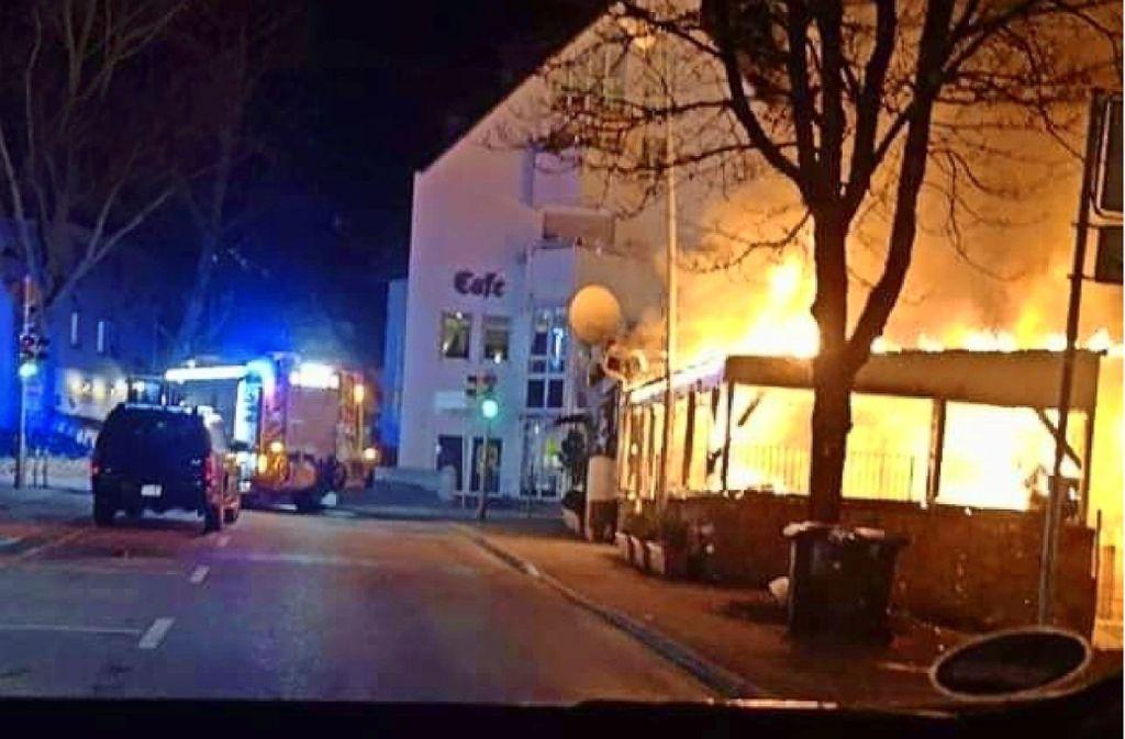 Der Pavillon der Bierakademie an der Freihofstraße steht lichterloh in Flammen. Foto: SDMG