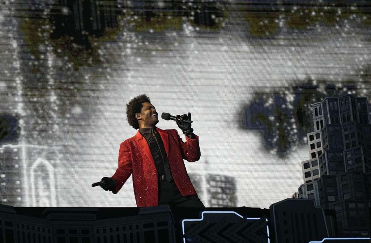 Medley im roten Glitzerjacket: The Weeknd bestritt die Halbzeitshow des Super Bowl. Foto: dpa/David J. Phillip