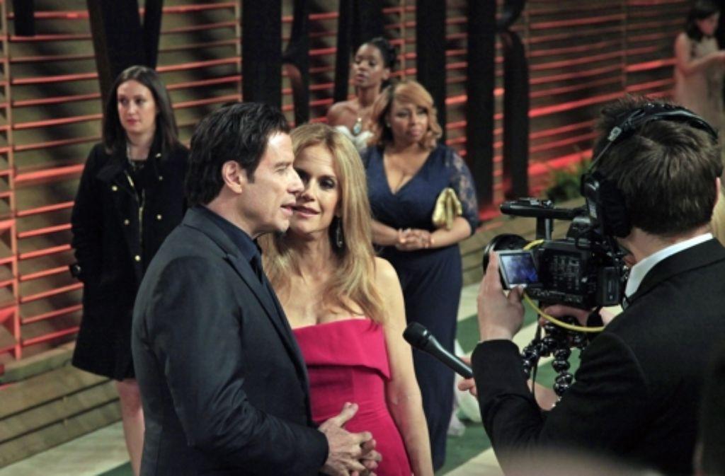 Auf der Vanity-Fair-Party nach den Oscars war er wieder ganz entspannt: John Travolta mit seiner Frau Kelly Preston. Foto: dpa