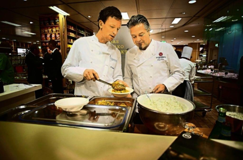 Frank Oehler (rechts) und Christian Steuber kochen für einen guten Zweck. Foto: Heinz Heiss