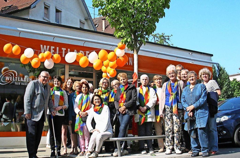 Haupt- und Ehrenamtliche sowie Fördervereinsmitglieder und Ehrengäste vor dem neuen Weltladen an der Griegstraße. Foto: Susanne Müller-Baji