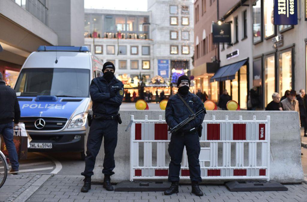 Mit Maschinenpistolen und Barrieren wird der Stuttgarter Weihnachtsmarkt geschützt. Foto: 7aktuell