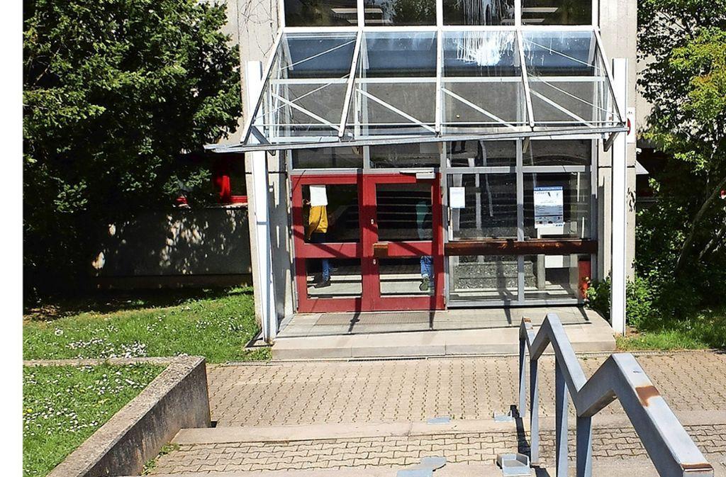 Die Halle ist sanierungsbedürftig, zudem fehlt der  barrierefreie Zugang. Foto: Iris Frey