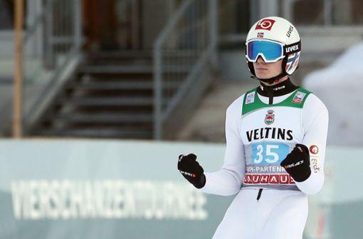 Marius Lindvik gewinnt Neujahrsspringen vor Karl Geiger