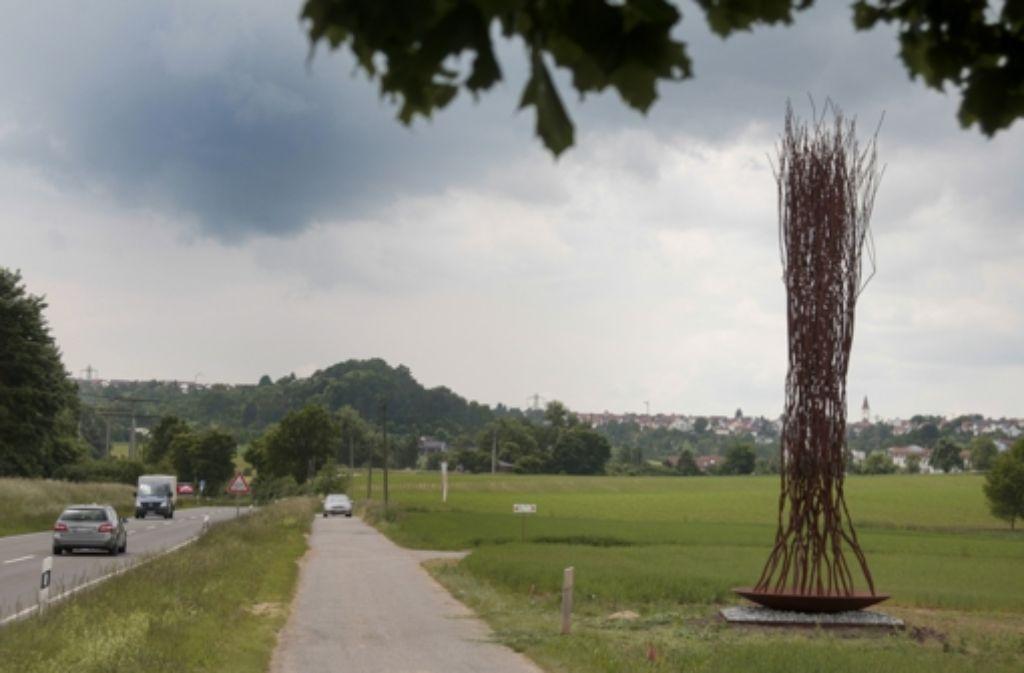 Manuela Tirlers Skulptur Bannwaldstück steht  an der Kreisstraße zwischen Holzgerlingen und Schönaich. Foto: factum/Granville