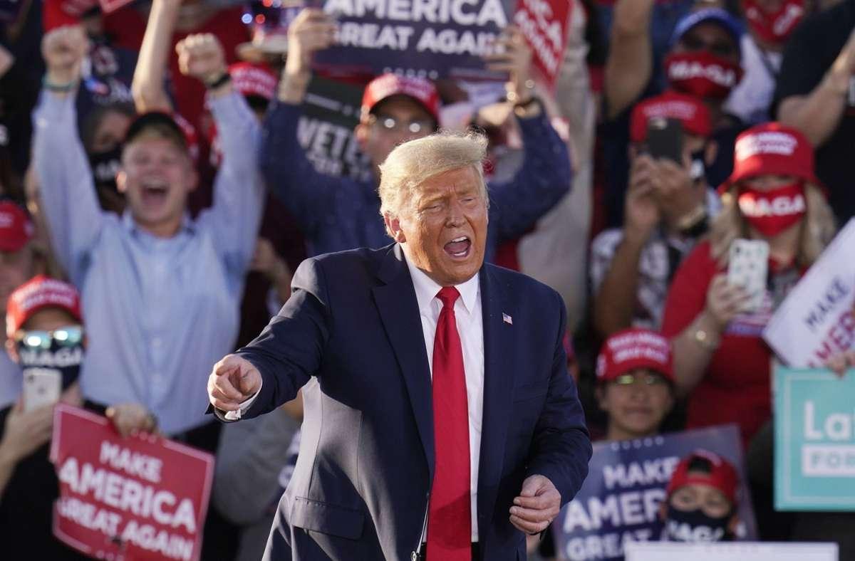 Donald Trump: Er klatscht und winkt, dann nickt er mit den Kopf zur Musik und bewegt seine Knie. Foto: AP/Ross D. Franklin