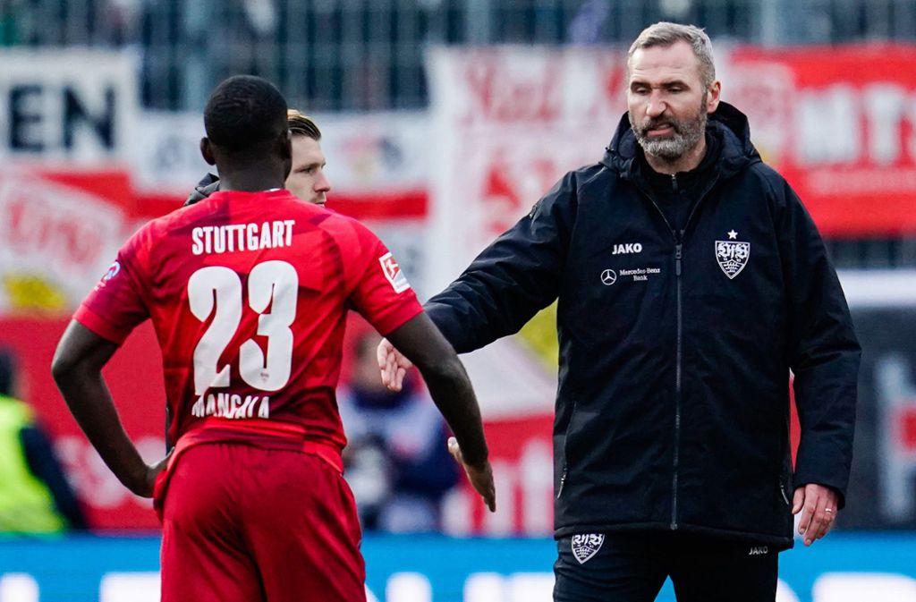 Der Frust im Gesicht: VfB-Trainer Tim Walter klatscht  nach dem Spiel mit Orel Mangala ab. Foto: dpa/Uwe Anspach