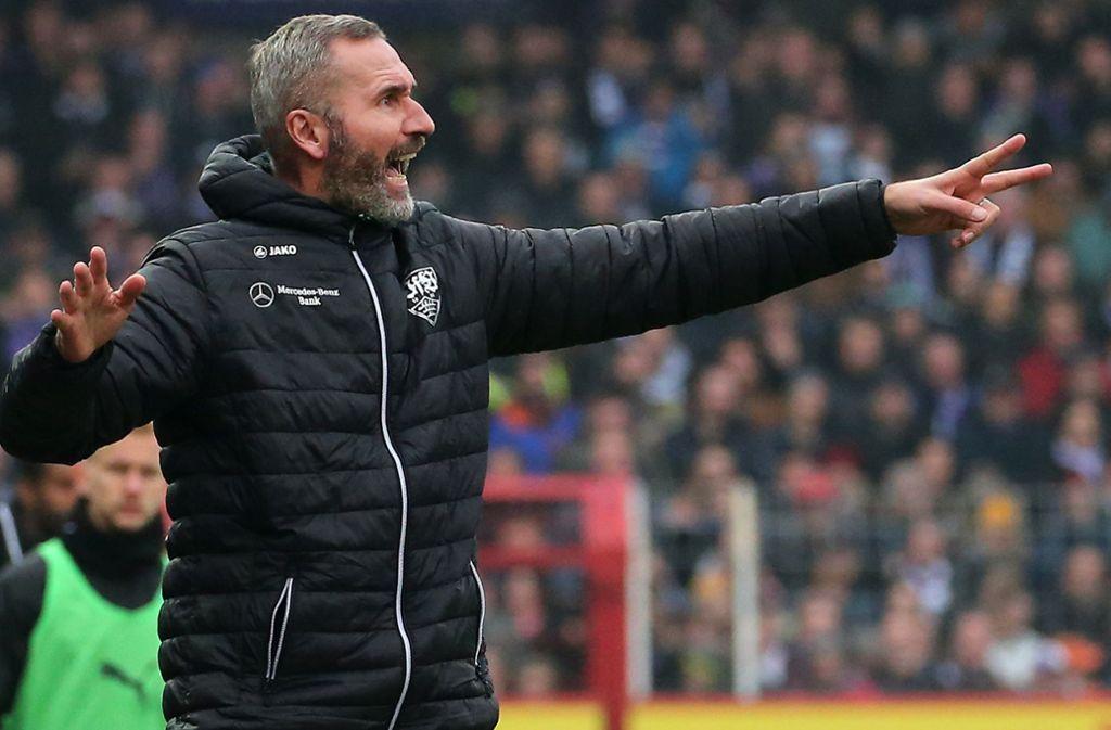 VfB-Trainer Tim Walter lebt an der Seitenlinie Engagement und Leidenschaft vor – und hofft, dass sich dies auf seine Mannschaft überträgt Foto: Baumann
