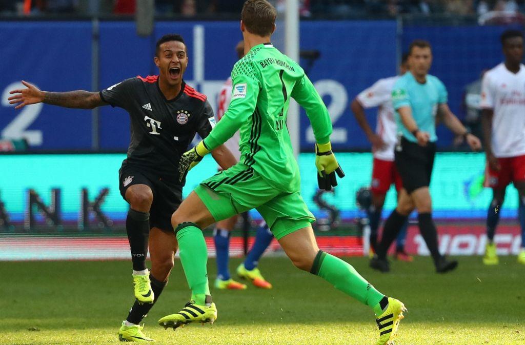Torjubel bei Thiago Alcantara (links) und  Manuel Neuer vom FC Bayern München gegen den   Hamburger SV. Foto: dpa