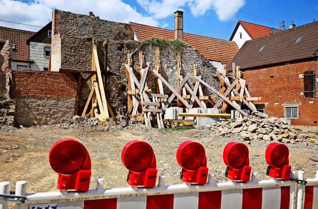 Nach einem teilweisen Einsturz im Januar sichert eine Holzkonstruktion die historische Stadtmauer von Oberriexingen. Bald soll sie aufwendig saniert werden. Foto: factum/Granville