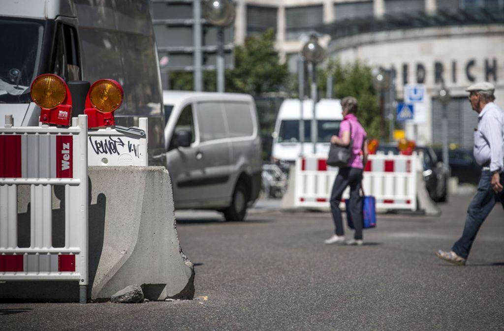 Wo jetzt noch provisorische Sperren stehen, sollen verbreiterte Gehwege mit großen Baumtrögen darauf den Verkehr ausbremsen – und so Anschläge mit Fahrzeugen verhindern. Foto: Lichtgut/Leif Piechowski