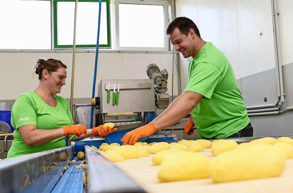 Nachdem die Viehhaltung aufgegeben wurde,   haben sich  Rolf Vinçon und  Tobias Fauser (hier mit Ehefrau Simone) auf die Kartoffel-Verarbeitung spezialisiert. Foto: factum