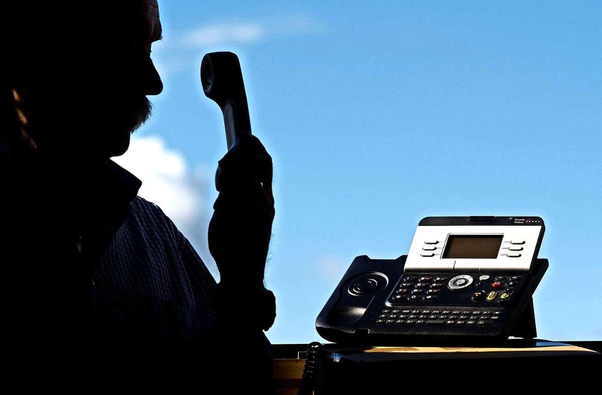 Die Telefonbetrüger gaben sich als Sohn und Polizeibeamter aus. (Symbolild) Foto: dpa/Julian Stratenschulte