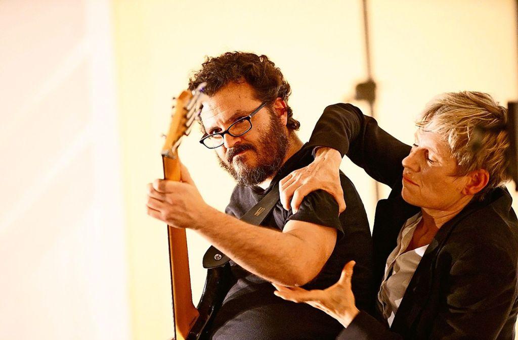 Die Tänzerin und Choreografin Lisa Thomas improvisiert mit dem  Multiinstrumentalisten Oliver Prechtl bei einem Saalfrei-Event. Foto: derfotograf.net/Frank Post