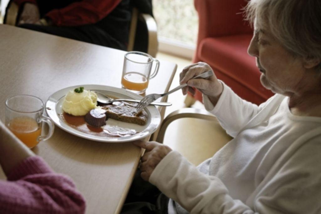 Für Bewohner mit Schluckbeschwerden werden die Speisen im Altenburgheim pürieret und neu geformt. Foto: Heinz Heiss
