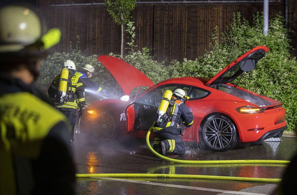 Weinstadt in der Nacht zum Sonntag: Ein Porsche Cayman brennt. Foto: 7aktuell.de/Simon Adomat