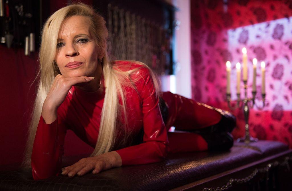 Was bedeutet das Prostituiertenschutzgesetz? Das fragt sich auch die Domina Lady Jana. Foto: dpa