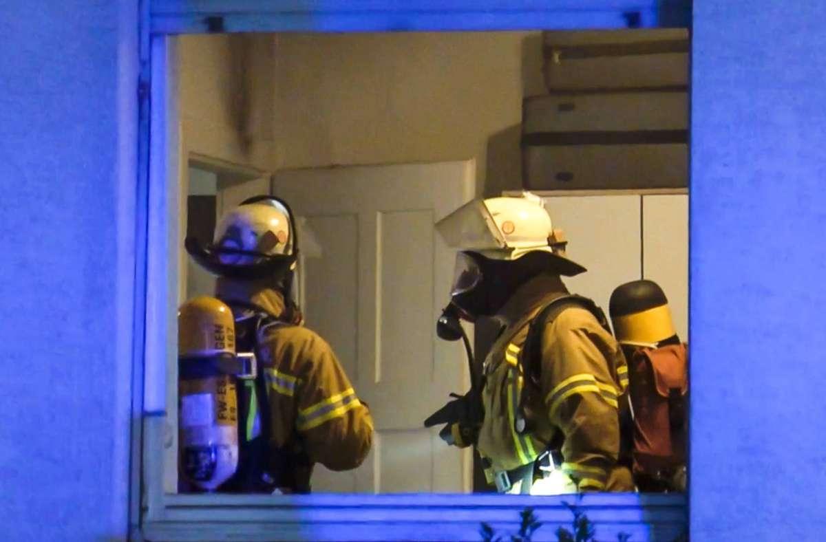 Beim Löschen des Brandes zog sich die Bewohnerin leichte Brandverletzungen zu. Foto: / 7aktuell