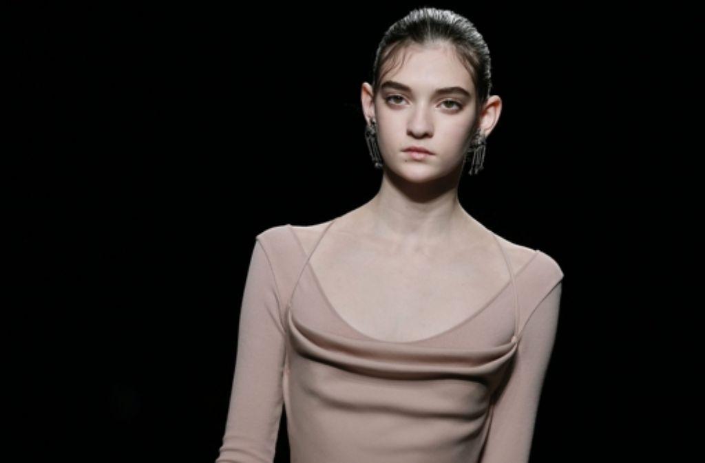 Seit mehr als einer Woche werden bei der Pariser Fashion Week wieder jede Menge Styles für Herbst und Winter dieses Jahres präsentiert. Wie unsere Bildergalerie zeigt, machte dabei besonders die Show von Valentino mit sehr jung wirkenden Mädchen auf sich aufmerksam. Foto: EPA