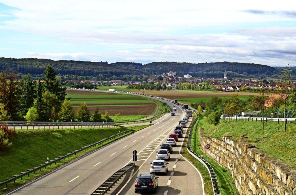 Die B295 bei Renningen: Auf der Ausweichroute Richtung B464 staut sich der Verkehr, in der Gegenrichtung ist nichts los. Foto: SDMG