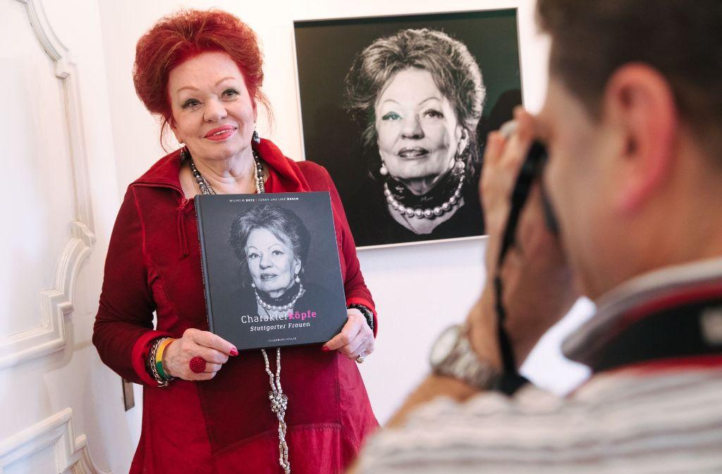 Dreimal Laura Halding-Hoppenheit: auf dem Buch, an der Wand  und live in der Galerie Valentien. Foto: Lichtgut/Verena Ecker