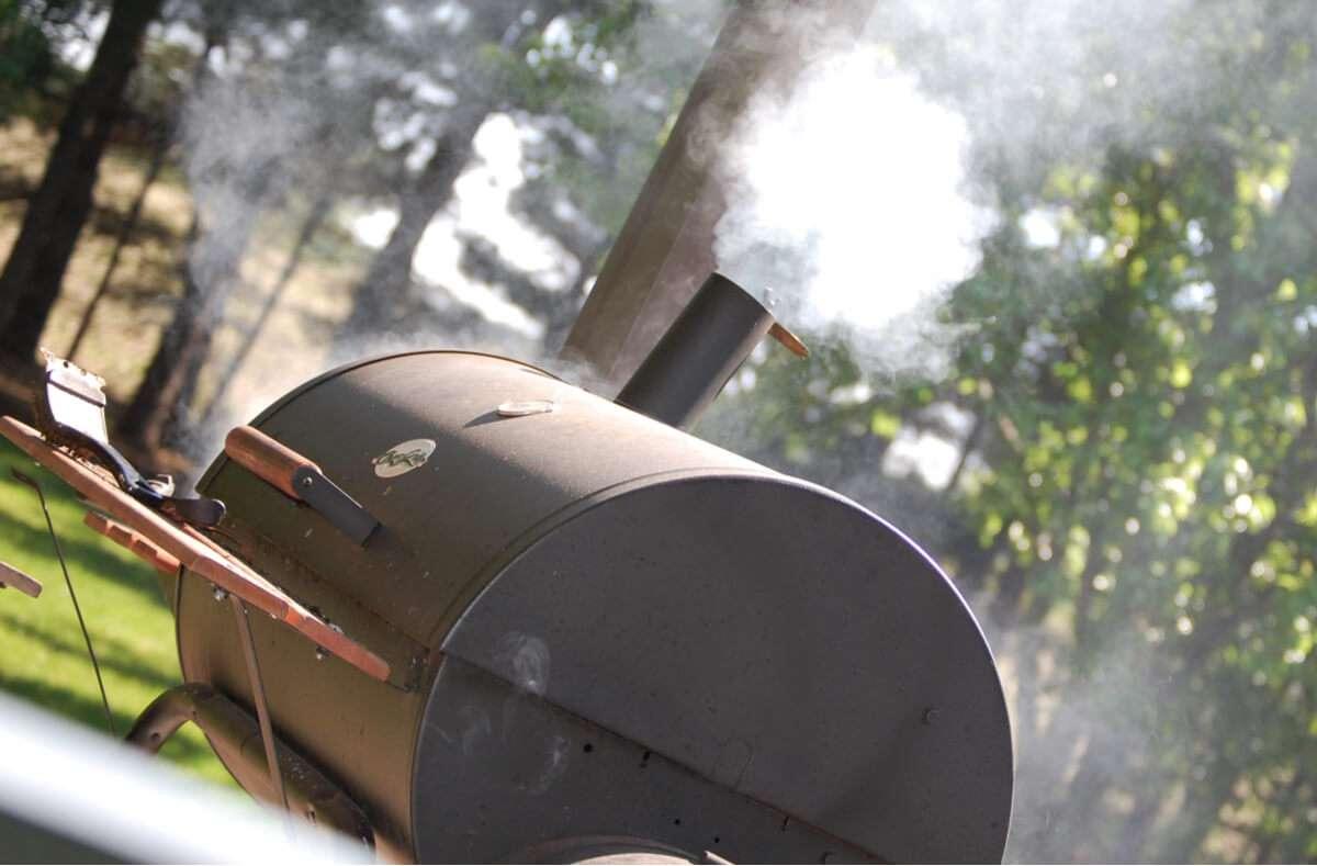 Vor der ersten Benutzung sollte ein Gasgrill eingebrannt werden. Das entfernt Produktionsrückstände und schützt den Grill. Hier erfahren Sie, wie es geht. Foto: Jay Zee / Shutterstock.com