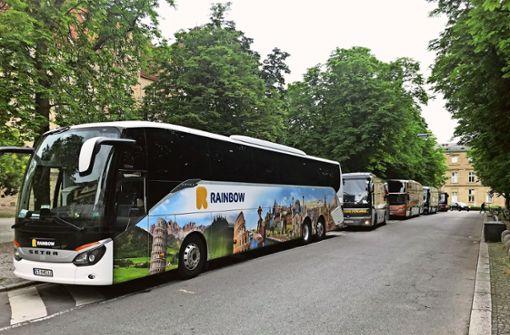An der Wand aus Bussen stoßen sich viele