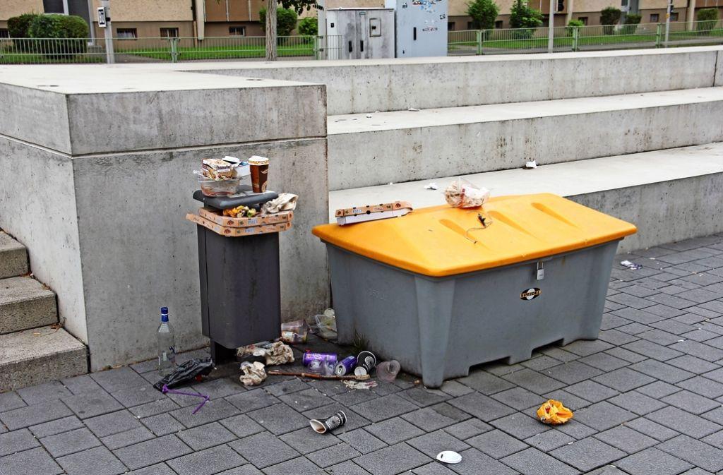 Ein alltägliches Bild auf dem Hans-Scharoun-Platz: Der Mülleimer ist voll, leere Verpackungen und Flaschen werden dort trotzdem deponiert. Foto: Bernd Zeyer