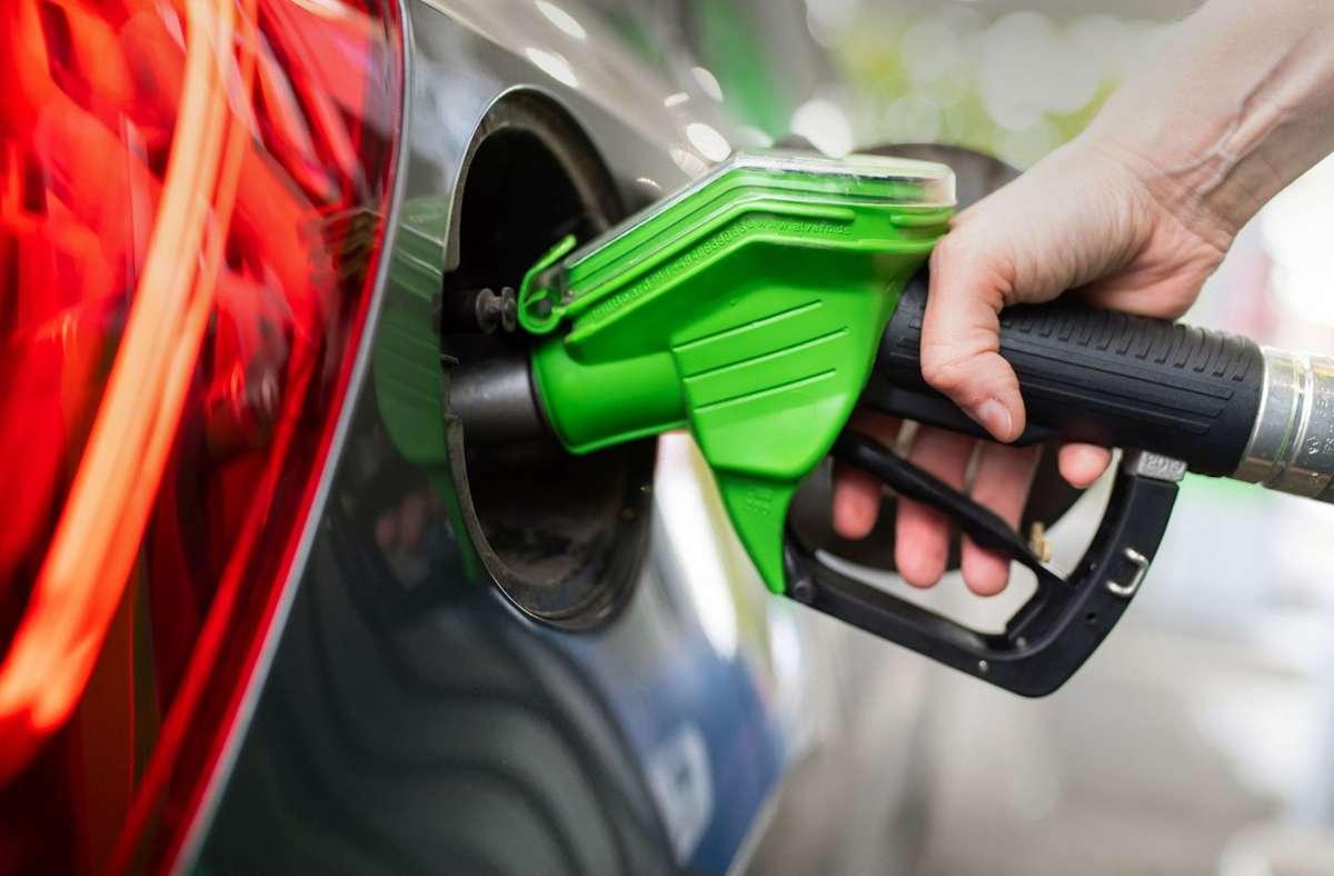 Benzin und Diesel sind zu Jahresbeginn etwa sechs Cent teurer geworden (Symbolbild). Foto: dpa/Sven Hoppe