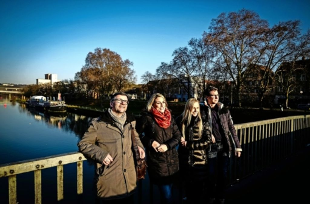 Das Cannstatt-Team  auf der Wilhelmsbrücke: v.l. Blattmacher Hans Jörg Wangner, Julia Bayer, Annina Baur und Teamleiter  Jürgen Brand Foto: Lichtgut/Leif Piechowski