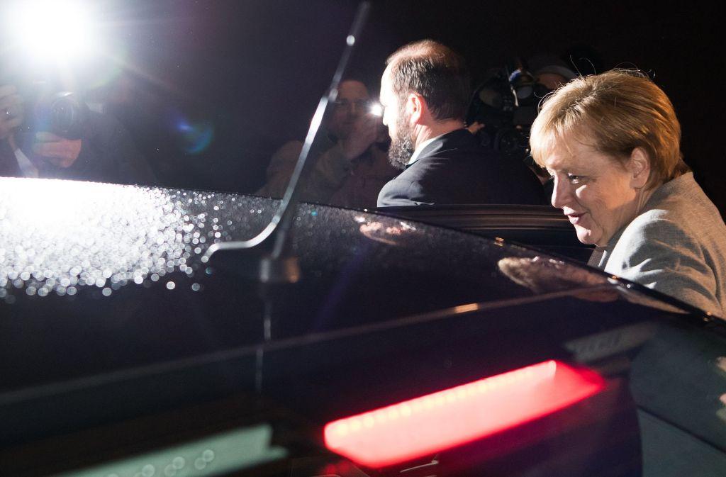 Abgang – Angela Merkel verlässt nach dem Scheitern der Verhandlungen den Ort des Geschehens. Foto: dpa