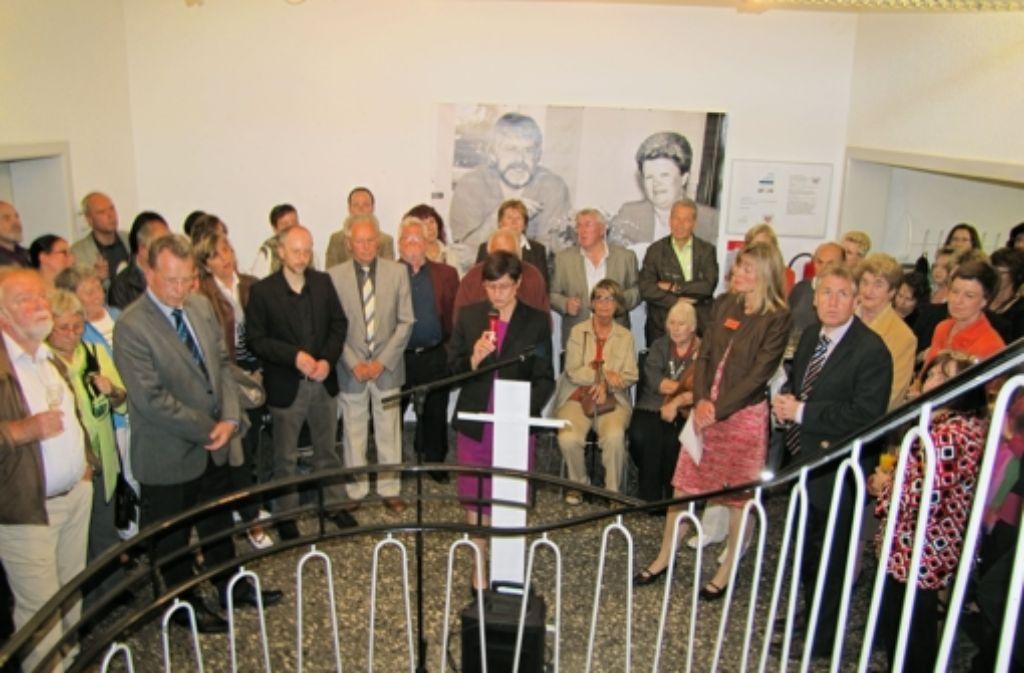 Bei der Eröffnung der Ausstellung zum 25-jährigen Bestehen der VHS Filderstadt im Treppenhaus der Bildungseinrichtung wurde es eng. Foto: Claudia Barner