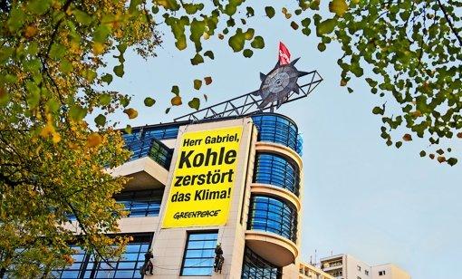 Greenpeace steigt der SPD aufs Dach: Auf der Parteizentrale in Berlin haben die Umweltschützer aus Protest gegen die Klimapolitik einen Kohlebagger aus Pappe  montiert. Foto: