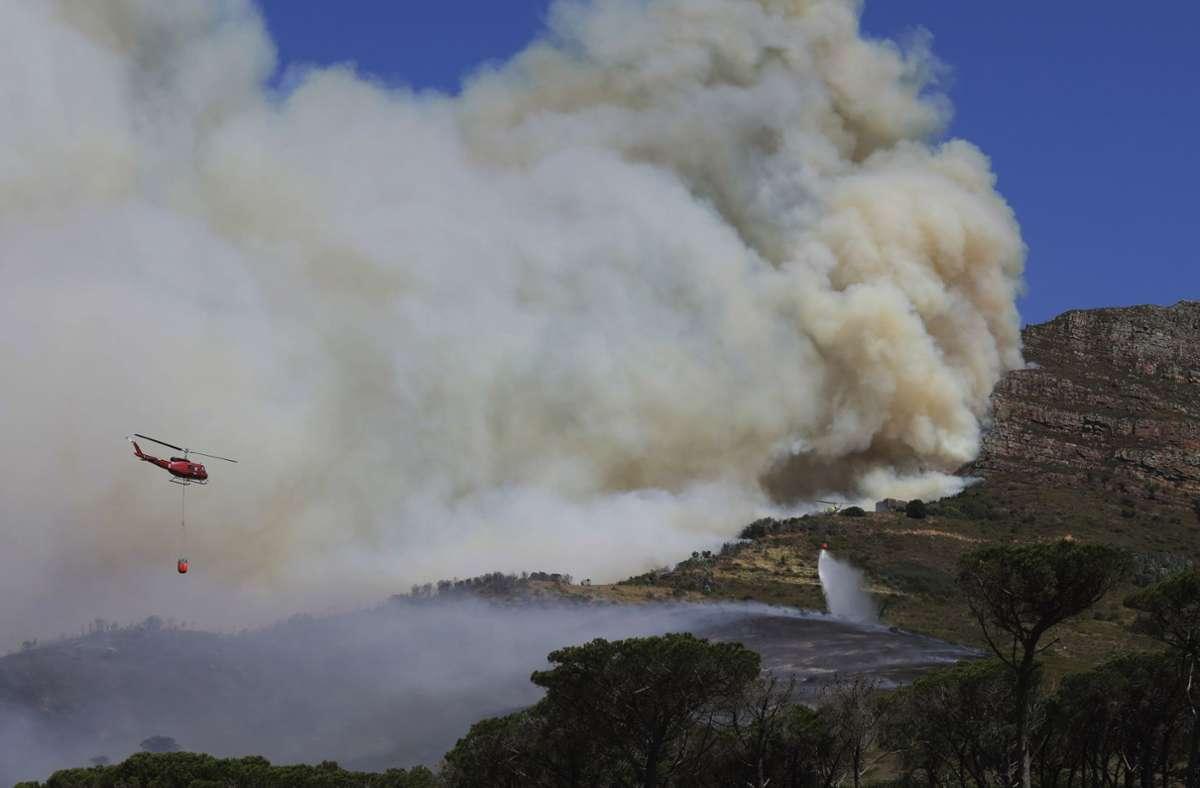 Teile des Tafelbergs sind in Kapstadt durch ein Feuer in Mitleidenschaft gezogen worden. Foto: dpa/Nardus Engelbrecht