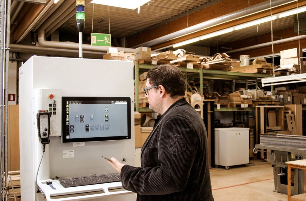 Adrian Wochner baut mit seiner  Firma im Zollernalbkreis Holzgehäuse aller Art, etwa für Standuhren. Er nutzt das Tapio-System zur Maschinenbedienung Foto: Tapio