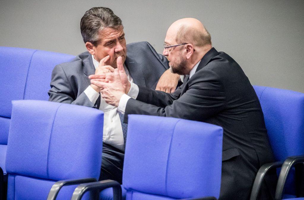 SPD-Parteichef Martin Schulz (rechts) und Außenminister Sigmar Gabriel im Bundestag: Wohin steuert die SPD? Foto: dpa