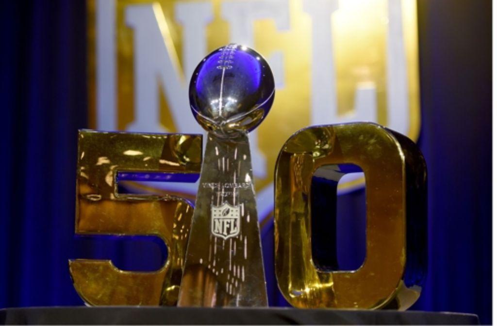Objekt der Begierde: die Vince Lombardi Trophy geht an den Superbowl-Sieger Foto: AFP