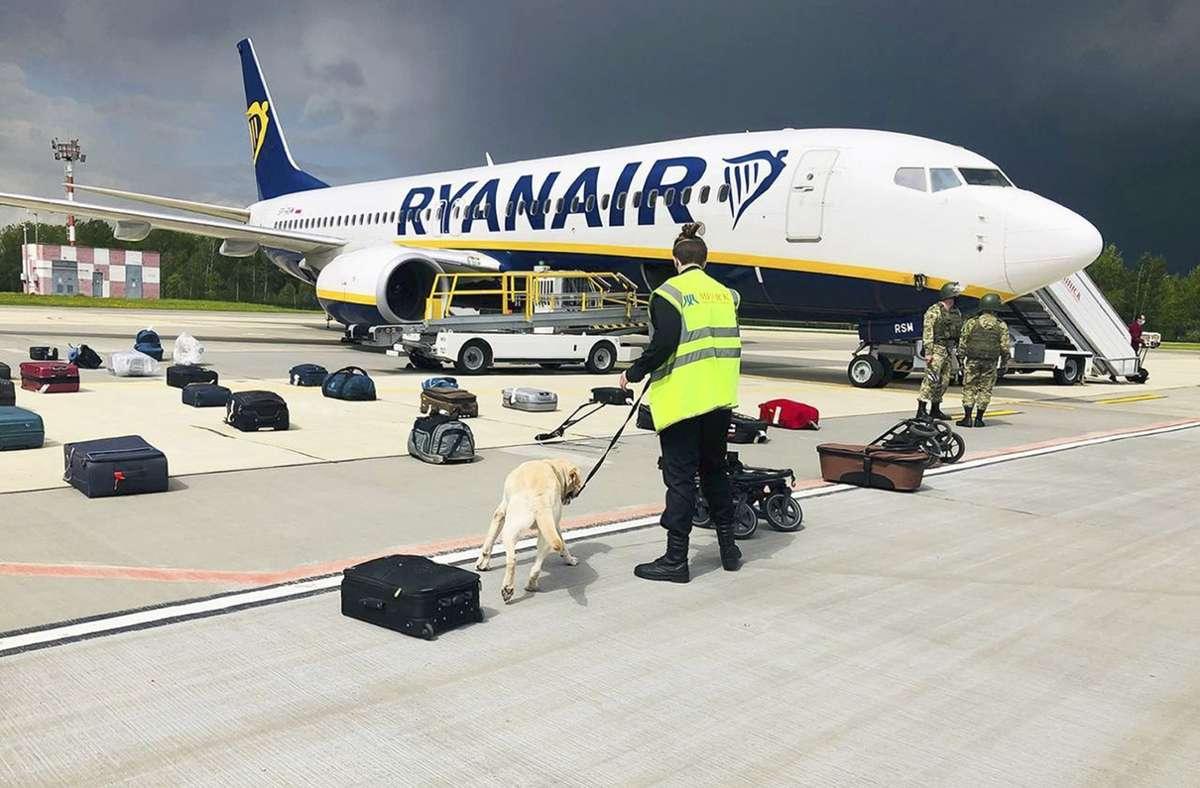 Ein Flugzeug von Ryanair war von Belarus zur Notlandung gezwungen worden. Dann nahmen Sicherheitskräfte den regimekritischen Blogger Roman Protassewitsch fest. (Archivbild) Foto: dpa/Uncredited