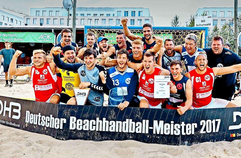 In Siegerpose warfen sich die Beach-Handballer aus Rechberghausen im  August in Berlin, wo sie im vierten Anlauf erstmals die Deutsche Meisterschaft gewannen. Foto: privat
