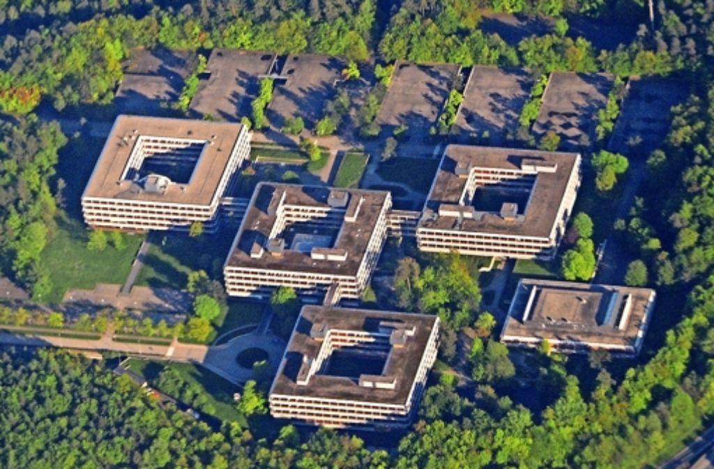 Denkmalgeschützt und marode: Der Eiermann-Campus in Vaihingen. Eine Idee ist, auf den Parkflächen Container aufzustellen. Foto: dpa
