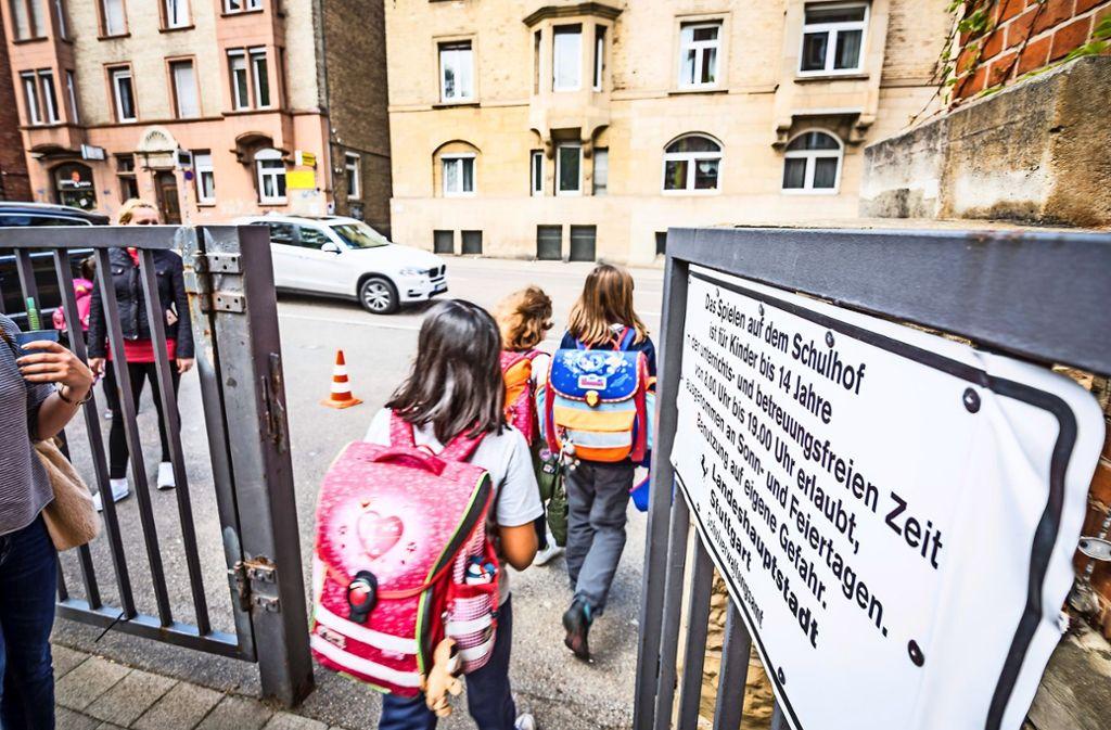 Nach Schulschluss warten an der Schwabschule schon die Eltern auf den Nachwuchs. Foto: Lg/Julian Rettig