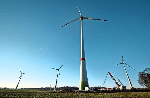 Bei Braunsbach entsteht ein Windpark mit mehreren Anlagen. Im Teilort Jungholzhausen hat nun ein Gericht eines der Windräder abschalten lassen. Foto: dpa