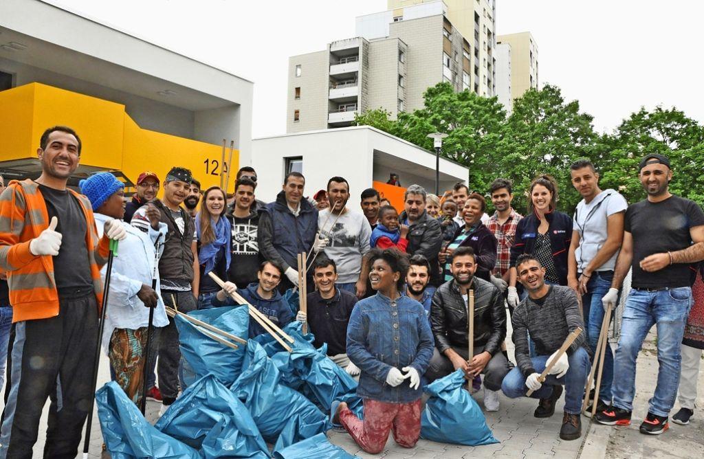Aktion sauberes Neugereut: Diese Asylbewerber und ihre Betreuer haben den Stadtteil von Abfall und Dreck befreit. Foto: Georg Linsenmann