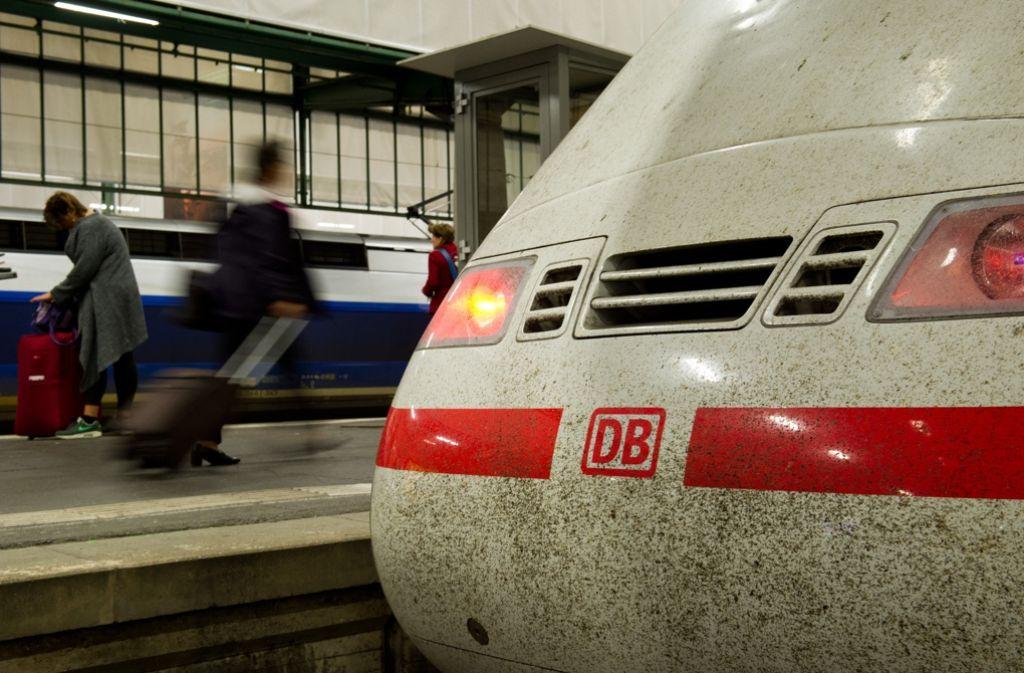Weil die Wagen überfüllt waren, mussten einige Fahrgäste den Zug wechseln. Foto: dpa